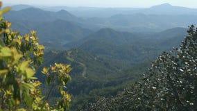 Paisagem surpreendente da montanha, panorama horizontal de montes verdes, natureza bonita video estoque