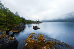 Paisagem surpreendente da noite no lago Innerdalsvatna imagem de stock