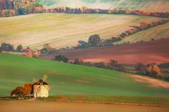 Paisagem surpreendente de campos moravian com o moinho de vento velho em Moravia sul, república checa Fotos de Stock Royalty Free