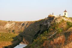 Paisagem típica de Orheiul Vechi com torre de sino e rio de Raut Fotos de Stock