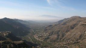 Paisagem típica nas montanhas de Yemen fotografia de stock