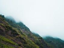 Paisagem temperamental: terreno montanhoso coberto nas nuvens e na névoa foto de stock royalty free