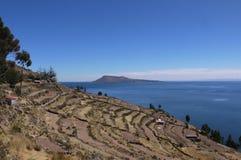 A paisagem terraced da ilha de Taquile um pagamento no si do lago foto de stock royalty free