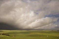 Paisagem tormentoso bonita sobre o campo Imagens de Stock Royalty Free