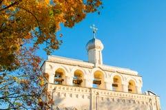 Paisagem-torre de sino da arquitetura de Saint Sophia Cathedral em Veliky Novgorod, Rússia imagens de stock