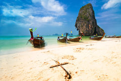 Paisagem tropical da praia com barcos Foto de Stock Royalty Free