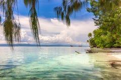 Paisagem tropical - ilhas, oceano morno, céu azul foto de stock royalty free