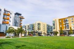 Paisagem urbana com construções residenciais recentemente desenvolvidos imagem de stock royalty free