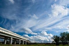 Paisagem urbana com estrada e nuvens Foto de Stock