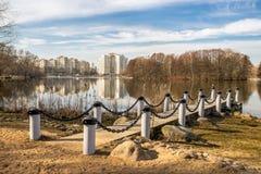 paisagem urbana com lago Imagens de Stock Royalty Free