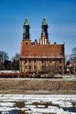 A paisagem urbana com rio Warta e a catedral eleva-se Imagem de Stock