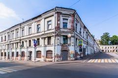 Paisagem urbana com uma casa abandonada tijolo fotos de stock royalty free