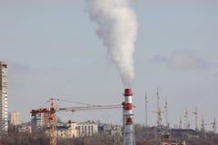 A paisagem urbana das tubulações de fumo da fábrica imagens de stock royalty free