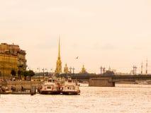 Paisagem urbana de St Petersburg em um dia nebuloso fotos de stock