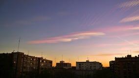 Paisagem urbana no crepúsculo, com lapso de tempo Céu colorido sobre Fotos de Stock