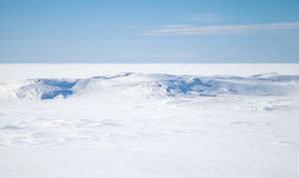Céu azul, neve no mar Báltico congelado imagem de stock royalty free