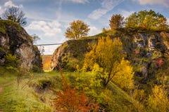 Paisagem velha mágica do outono da pedreira da pedra calcária e nuvens bonitas em um céu azul imagem de stock