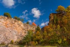 Paisagem velha mágica do outono da pedreira da pedra calcária e nuvens bonitas em um céu azul fotos de stock