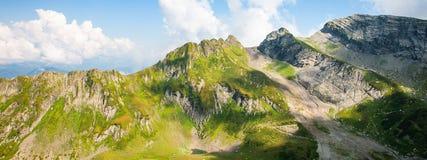 Paisagem verde da montanha rochosa de Cáucaso, fundo natural do curso Foto da bandeira imagens de stock