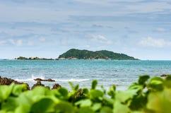 Paisagem verde da natureza da ilha e do mar Fotografia de Stock Royalty Free