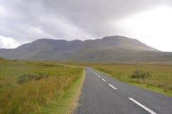 Paisagem verde da vegetação e da montanha em uma estrada nacional na Irlanda Imagem de Stock