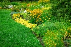 Paisagem verde fresca do jardim formal Fotos de Stock