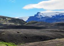Paisagem vulcânica com a geleira de Myrdalsjokull no caldera de Botnar-Ermstur, fuga do vulcão de Katla de Laugavegur na manhã en foto de stock