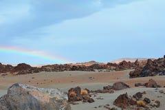Paisagem vulcânica com o arco-íris em Teide, Tenerife, Ilhas Canárias, Espanha Fotos de Stock Royalty Free