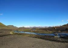 Paisagem vulcânica com o rio glacial que corre da geleira de Myrdalsjokull, Hvanngil, fuga de Laugavegur, montanhas de Islândia fotos de stock royalty free