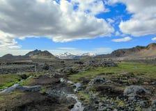 Paisagem vulcânica com o rio glacial que corre da geleira de Myrdalsjokull, Hvanngil, fuga de Laugavegur, montanhas de Islândia foto de stock