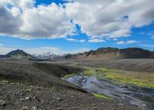 Paisagem vulcânica com o rio glacial que corre da geleira de Myrdalsjokull, Hvanngil, fuga de Laugavegur, montanhas de Islândia foto de stock royalty free