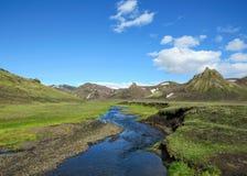 Paisagem vulcânica com o rio glacial que corre da geleira de Myrdalsjokull, Hvanngil, fuga de Laugavegur, montanhas de Islândia imagem de stock royalty free