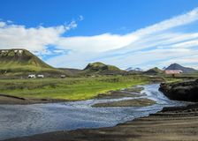 Paisagem vulcânica com o rio glacial que corre da geleira de Myrdalsjokull, Hvanngil, fuga de Laugavegur, montanhas de Islândia fotos de stock