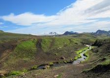 Paisagem vulcânica com o rio glacial que corre da geleira de Myrdalsjokull, Hvanngil, fuga de Laugavegur, montanhas de Islândia imagens de stock