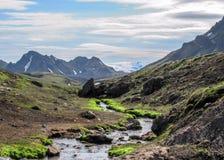 Paisagem vulcânica com o rio glacial que corre da geleira de Myrdalsjokull, Hvanngil, fuga de Laugavegur, montanhas de Islândia fotografia de stock
