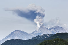Paisagem vulcânica da beleza: vulcão ativo da erupção foto de stock