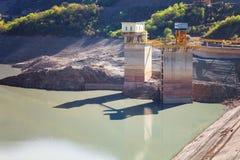 Paisagens da água e do reservatório de Zhinvalskoe das montanhas de Tbilisi, Geórgia foto de stock