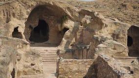 Paisagens da cidade antiga Uplistsikhe, que é cinzelada nas rochas As cavernas em que os povos antigos viveram vídeos de arquivo