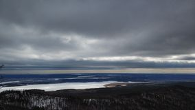 Paisagens do inverno na montanha nebulosa Sugomak do dia de Ural imagens de stock