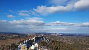 Paisagens do inverno nas ?rvores de floresta de Ural em um dia ensolarado Arakul shihan foto de stock royalty free
