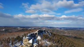 Paisagens do inverno nas ?rvores de floresta de Ural em um dia ensolarado Arakul shihan fotos de stock