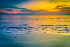 Paisagens do por do sol na praia com céu colorido foto de stock royalty free