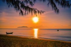 Paisagens do por do sol na praia com céu colorido fotos de stock royalty free