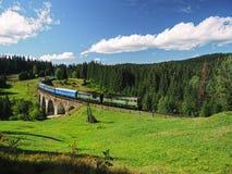 Paisagens do verão do trem das montanhas de Carpatian imagem de stock