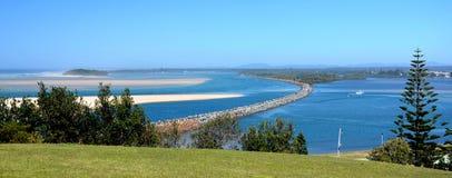 Paisagens horizontais de equipar o rio com quebra-mar fotos de stock