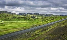 Paisagens islandêsas da montanha com estrada asfaltada Foto de Stock