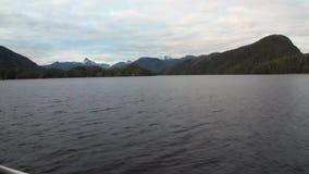 Paisagens surpreendentes na água calma do Pacífico em montanhas do fundo em Alaska video estoque