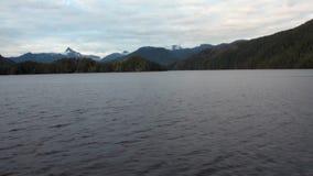 Paisagens surpreendentes na água calma do Pacífico em montanhas do fundo em Alaska vídeos de arquivo