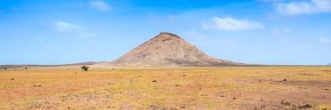 Paisaje árido cerca del buracona en la isla Cabo Verde Cabo Verde de la sal Imágenes de archivo libres de regalías