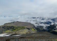 Paisaje épico alrededor de la meseta de Morinsheidi con las montañas y los glaciares en las nubes, entre el Eyjafjallajokull y imágenes de archivo libres de regalías